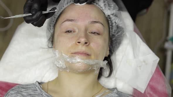 Cosmetologist Machen Gesichtsreinigung Kosmetologie Haut Akne Verfahren auf Frau Gesicht