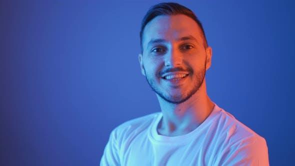 Studio Porträt des lächelnden Fußballspielers in weißem Hemd