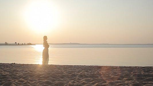 Junge Frau Blick voraus auf die Küste