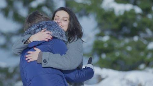 Zwei Mädchen umarmt