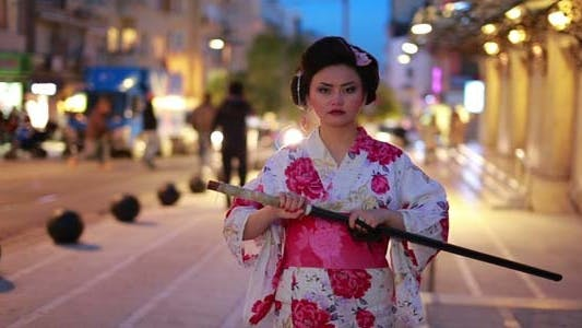 Thumbnail for Japanische Geisha Samurai mit Schwert bei Nacht