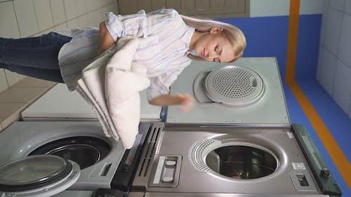 Attraktive Hausfrau im Waschraum