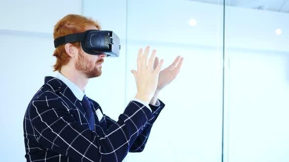 Thumbnail for Mann mit Virtual Reality Brille für Creative Work, VR Brille Headset