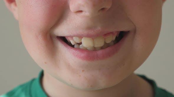 Thumbnail for Nahaufnahme von Young Kid Lächeln. Porträt des gutaussehenden Jungen mit froh Ausdruck auf Gesicht