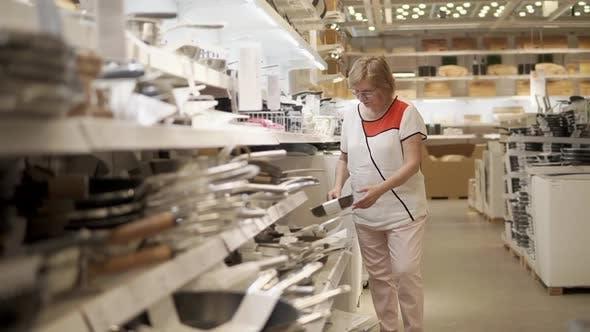 Femme Shopping pour les articles ménagers