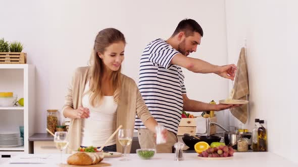 Thumbnail for Glückliches Paar Kochen und Servieren Essen zu Hause 19