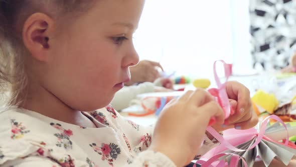 Thumbnail for Kleines Mädchen Papierschmetterlinge aus mehrfarbigem Papier.