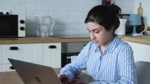 Thumbnail for Konzentrierte tausendjährige indische Studentin Frau macht Universitätsauftrag.