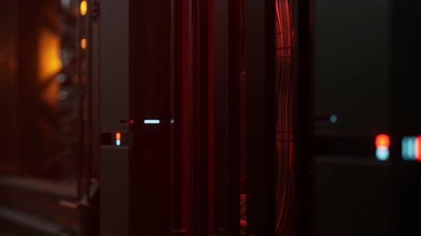 Thumbnail for Futuristisches dunkles Rechenzentrum mit Metall und Lichtern