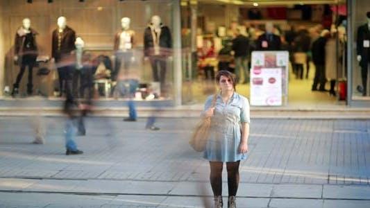 Thumbnail for junge frau posiert vor der shopping mall