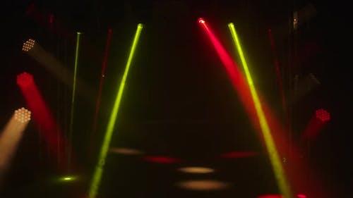 Bunte Laserlichter auf der Bühne