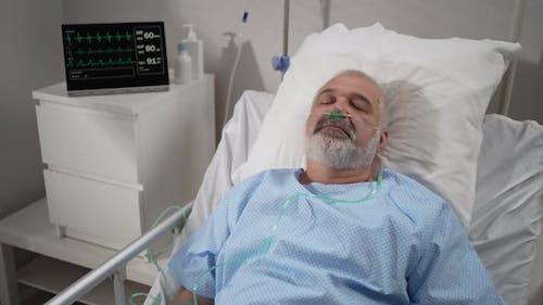Ein älterer Patient wacht aus dem Koma auf