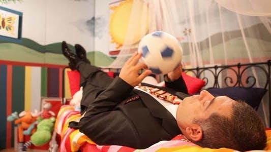 Thumbnail for Reifen Mann tragen Anzug spielen mit ball
