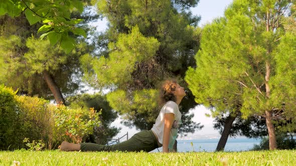 Thumbnail for Mittelalter Frau tun Yoga auf grünem Gras