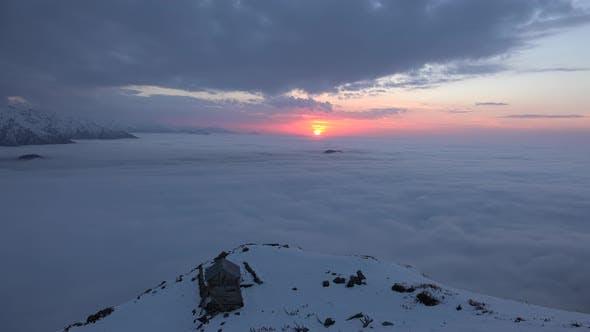 Sonnenuntergänge über die Wolken und Schuppen