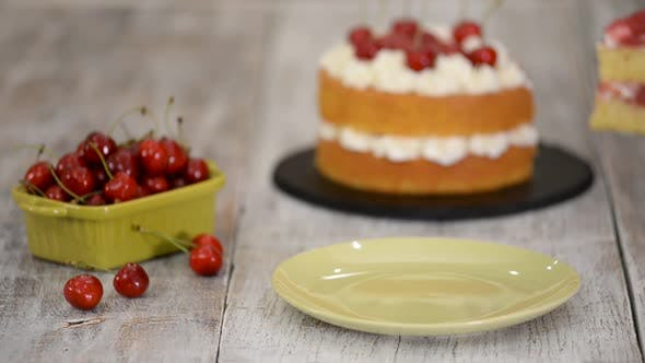 Stück Kirschkuchen mit Vanillecreme.