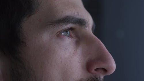 Augen eines fokussierten Arztes