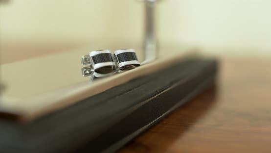 Thumbnail for Hochzeit Vorbereitungen - Bräutigam Manschettenknöpfe auf Tisch