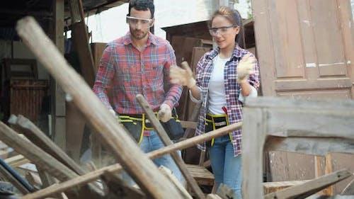 Mann und Frau werfen Holz