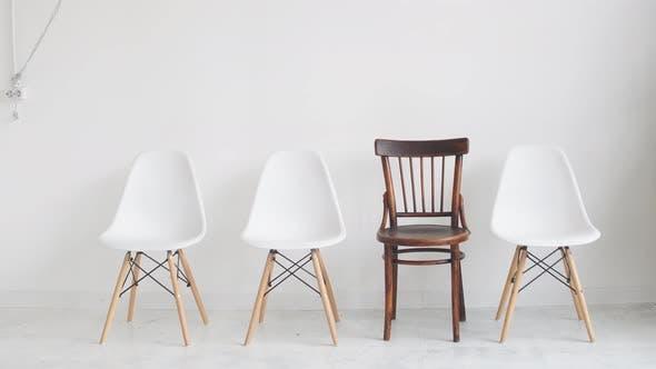 Thumbnail for Vier Stühle auf weißem Hintergrund warten auf Arbeitslose auf ein Interview