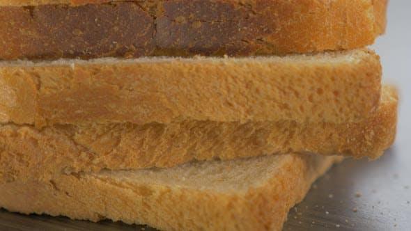 Viele Toast Sandwich Brotstücke auf Tisch 4K 2160p UltraHD Filmmaterial angeordnet - Toast Brot auf Holz