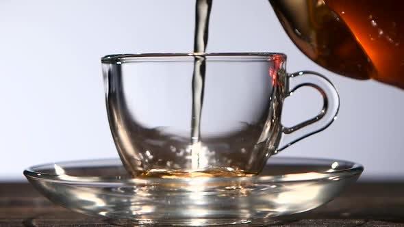 Thumbnail for Tasse köstlichen duftenden schwarzen Tee zum Frühstück. Zeitlupe
