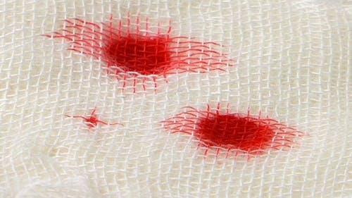 Bluttropfen auf Mullbinde