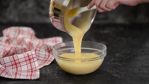 Gießen Vanillepudding in Schüssel.