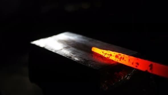 Schmiede von Hot Metal Shaping von Edelmetall Close Up