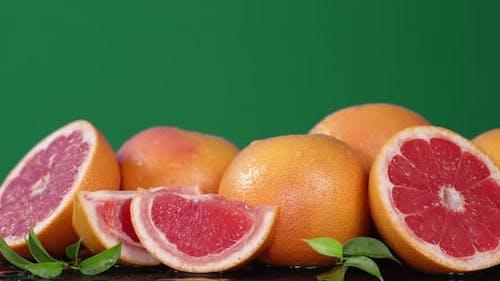 Geschnittene Grapefruit mit Blatt dreht sich langsam