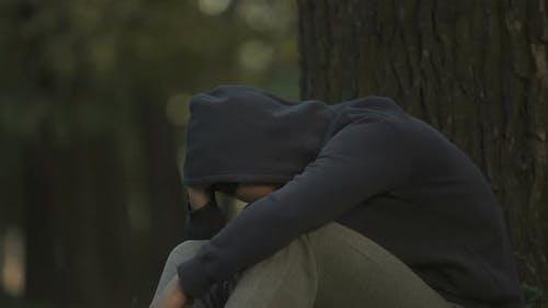 Drogenabhängiger Mann fühlt sich nach Überdosierung von Dope-Depression und Angstzuständen krank