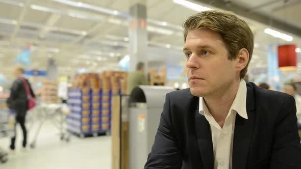 Portrait de l'homme d'affaires à l'intérieur du supermarché