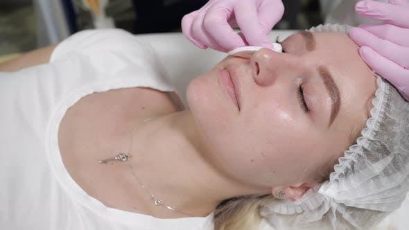Thumbnail for Porträt einer Frau während einer kosmetischen Prozedur