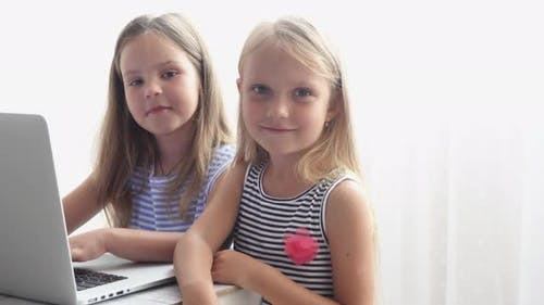 Kinder benutzen den Computer