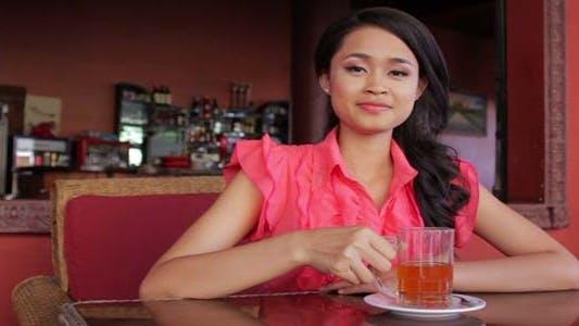 Thumbnail for wunderschöne asiatische Frau in cafe