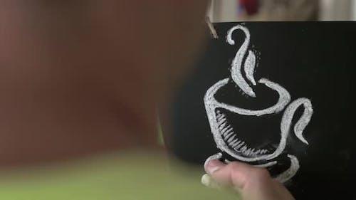 Homme dessin tasse à café avec craie