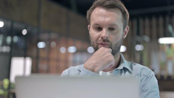 Thumbnail for Nachdenklicher junger Mann Denken bei der Arbeit