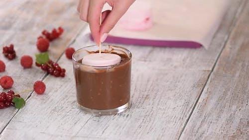 Eingetauchtes Eis in Schokoladenglasur mit Nüssen. Eis in Schokoladenglasur.