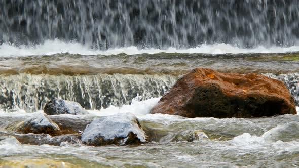 Thumbnail for Natürlicher Wasserfall und Fluss