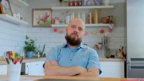 Webcam vue de l'homme barbu regardant la prise de la caméra conférence Chat vidéo Ecoaching Parler en ligne