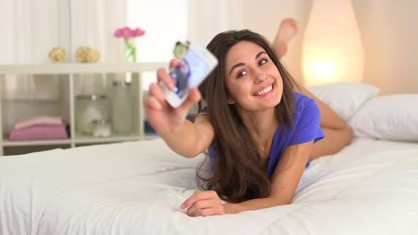 Thumbnail for Dumme junge kaukasische Frau fotografiert mit Smartphone, Smartphone, Handy