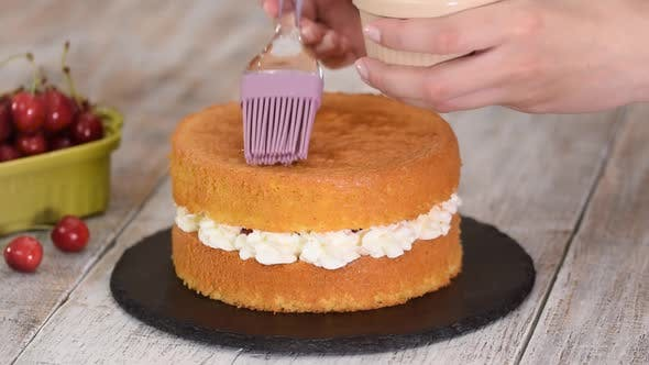 Cover Image for Soaking Sponge Cake Layer with Syrup