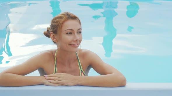 Thumbnail for Schöne glückliche Frau lächelnd Entspannung im Schwimmbad