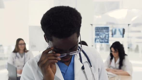Thumbnail for Selbstbewusste Afro American Male Doctor Blick auf die Kamera