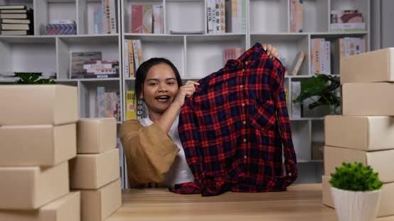 Junge Frau Live-Streaming Sale T-Shirt