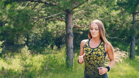Thumbnail for CU, Porträt: Junges Mädchen geht morgens für Sport ein, läuft an einem Pinienwald entlang
