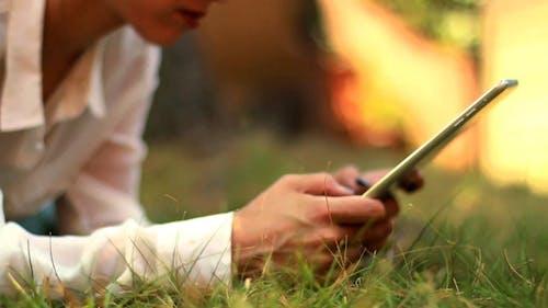 mädchen mit tablet im park 02