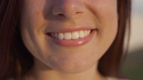 Thumbnail for Schönes Lächeln der jungen Frau