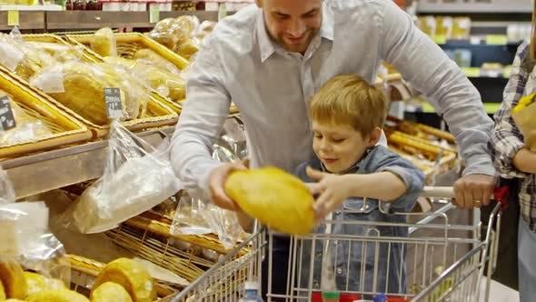 Thumbnail for Eltern und Sohn Kauf Brot im Supermarkt