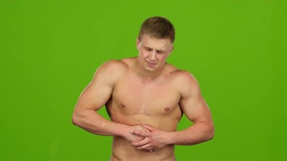 Thumbnail for Der Mann leidet unter Bauchschmerzen, macht Massage. Grüner Bildschirm
